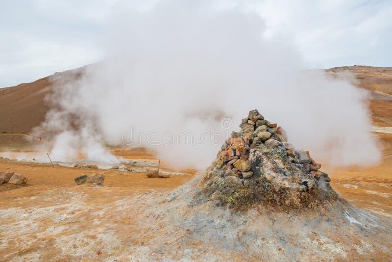 Sprudeln heiß mit Dampf Schlamm-Töpfe im geothermischen Bereich Namafjall, Hverir, Island lizenzfreie stockfotografie