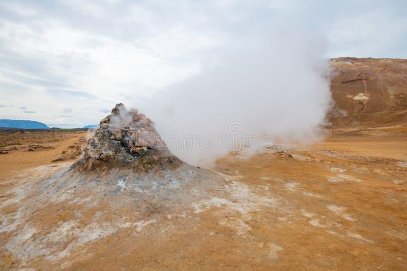Sprudeln heiß mit Dampf Schlamm-Töpfe im geothermischen Bereich Namafjall, Hverir, Island lizenzfreie stockbilder