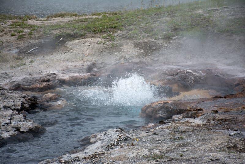 Sprudelnde heiße Quelle stockfotos