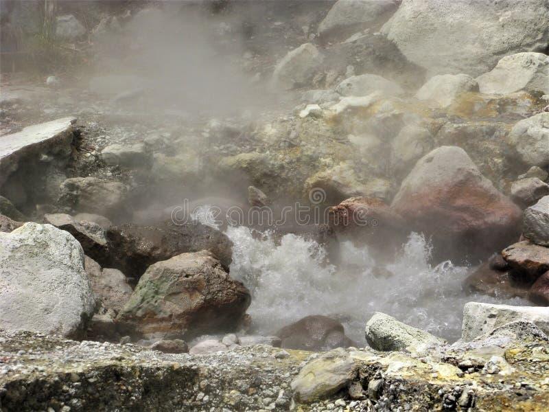 Sprudelnde heiße Quelle zwischen Felsen bei Furnas auf Sao Miguel, die Azoren stockfotografie