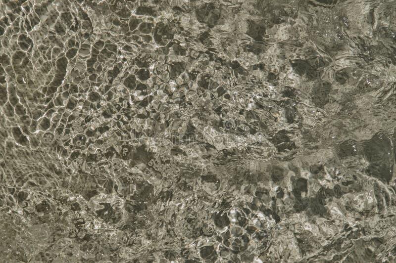 Sprudelndes Wasser im Pool, graue Beschaffenheit des kochenden Wassers lizenzfreie stockfotografie