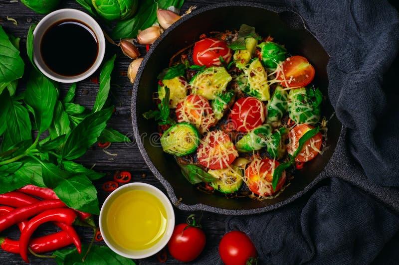 Spruitjes met tomaten, basilicum en kaas worden geroosterd die stock fotografie