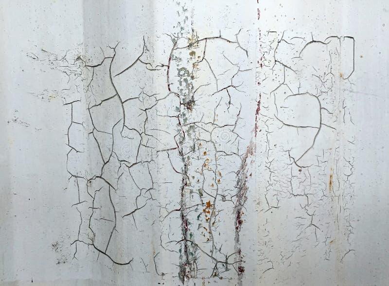 Sprungsmetallhintergrund mit alten Schichten weißer Farbe Beschaffenheit verrostete Versandverpackung stockfotografie