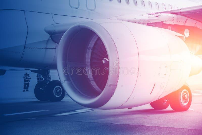Spruta ut flyget för turbinmotorn för framtid av flyg i bakgrund för kommersiellt flygplan royaltyfri foto