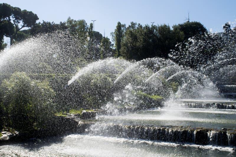 Spruzza dell'acqua su un brooklet artificiale immagini stock libere da diritti