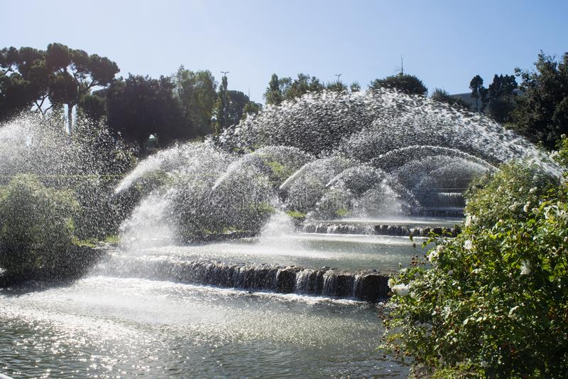 Spruzza dell'acqua su un brooklet artificiale immagini stock