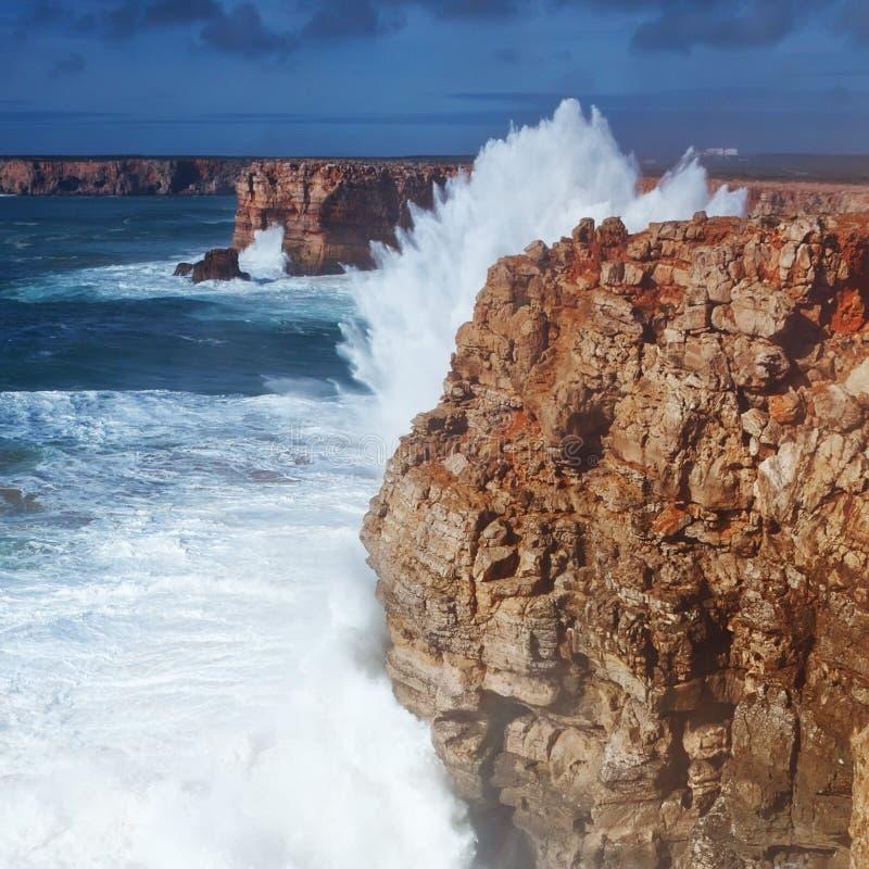 Spruzza delle onde del mare contro il puntello in una tempesta. fotografia stock libera da diritti