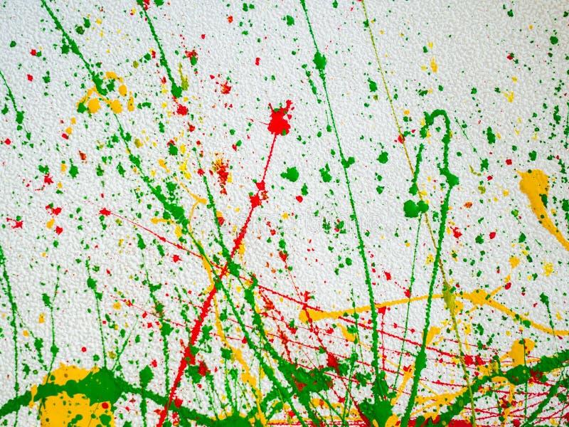 Spruzza di pittura verde rossa e gialla su un fondo bianco royalty illustrazione gratis