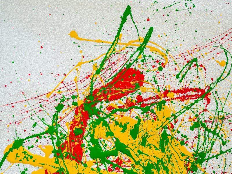 Spruzza di pittura verde rossa e gialla su un fondo bianco illustrazione di stock