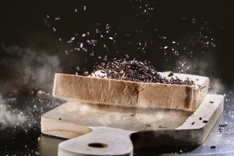 Spruzza il cioccolato su pane affettato immagini stock