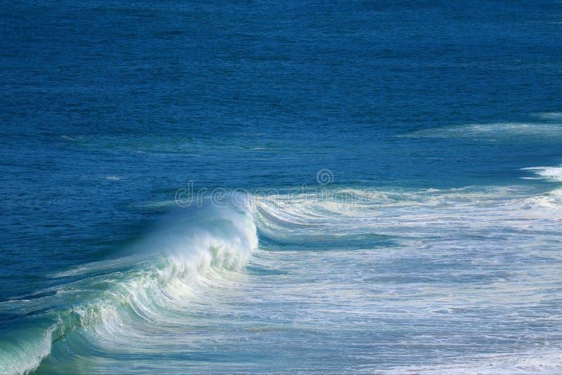 Spruzzando le onde sul mare blu vivo fotografia stock libera da diritti