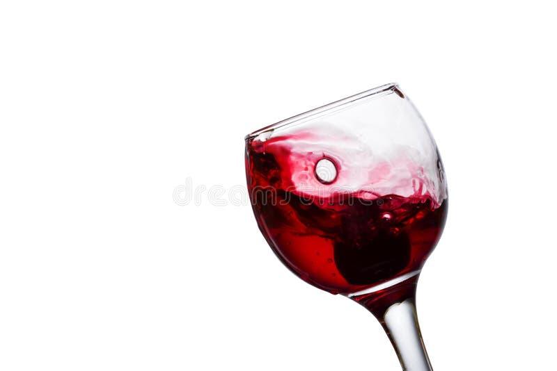 Spruzzata deliziosa di vino in un primo piano di vetro fotografia stock libera da diritti