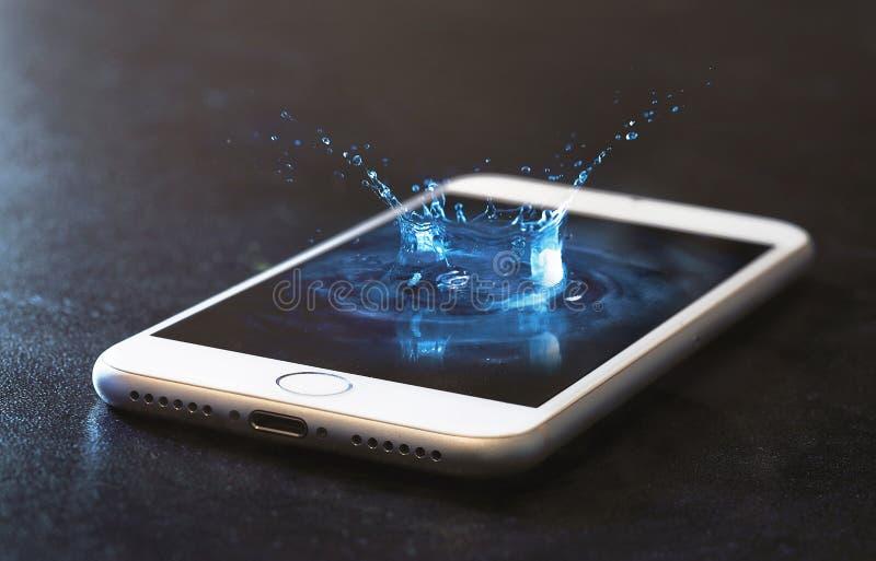 Spruzzata dell'acqua e del telefono cellulare immagini stock libere da diritti