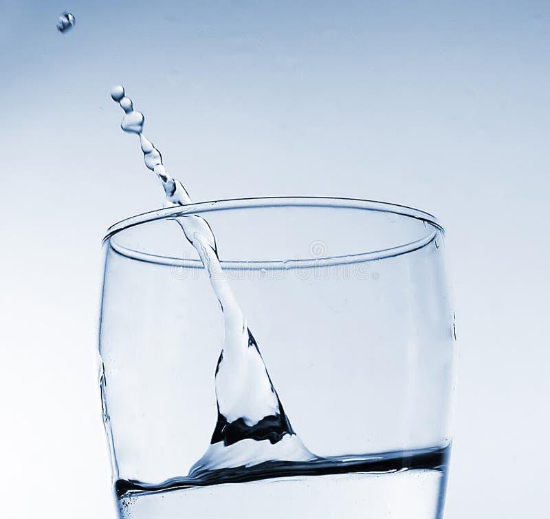 Spruzzata dell'acqua in vetro fotografie stock libere da diritti