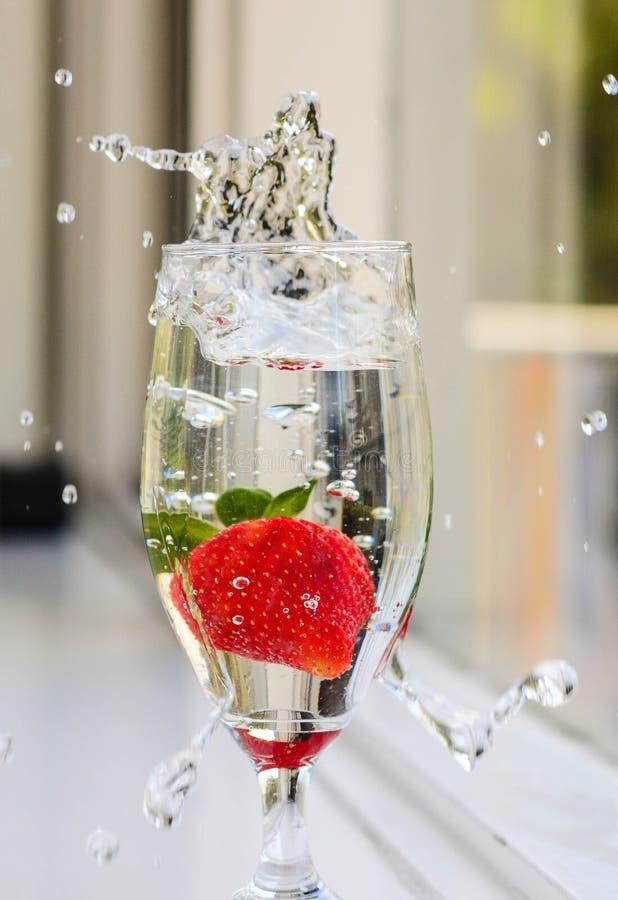 Spruzzata della fragola in acqua immagini stock libere da diritti