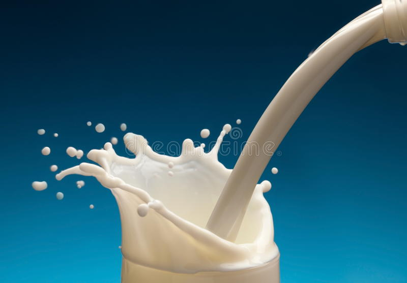 Spruzzata di latte dal vetro fotografia stock libera da diritti