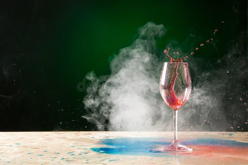 Spruzzata e fumo di vetro di vino immagine stock libera da diritti