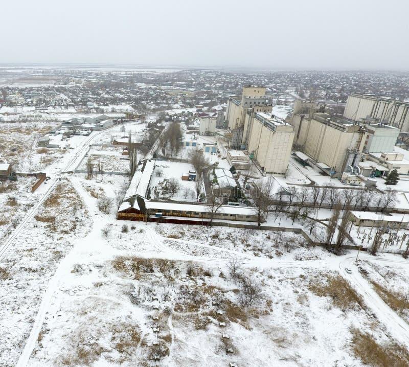 Spruzzato con l'elevatore di grano della neve Vista di inverno di vecchio elevatore sovietico Vista di inverno dalla vista di occ fotografia stock