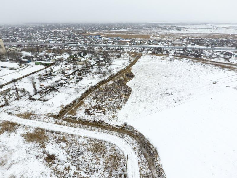 Spruzzato con l'elevatore di grano della neve Vista di inverno di vecchio elevatore sovietico Vista di inverno dalla vista di occ fotografie stock libere da diritti