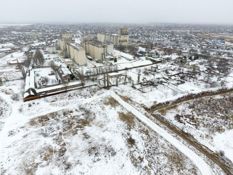 Spruzzato con l'elevatore di grano della neve Vista di inverno di vecchio elevatore sovietico Vista di inverno dalla vista di occ fotografie stock