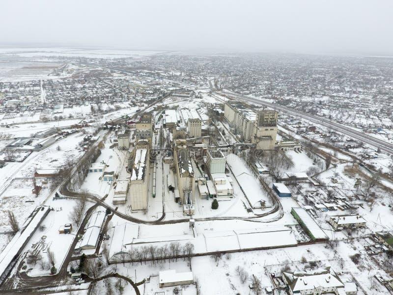 Spruzzato con l'elevatore di grano della neve Vista di inverno di vecchio elevatore sovietico Vista di inverno dalla vista di occ immagine stock libera da diritti