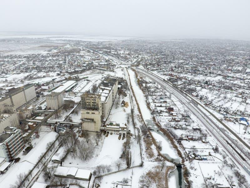 Spruzzato con l'elevatore di grano della neve Vista di inverno di vecchio elevatore sovietico Vista di inverno dalla vista di occ fotografia stock libera da diritti
