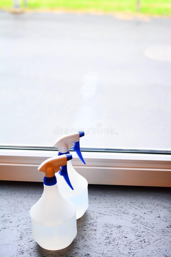 Spruzzatori di pulizia, latte di plastica, per pulire immagini stock