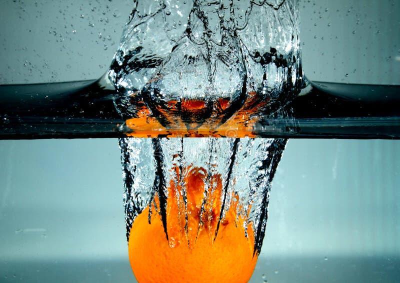 Spruzzatura arancio nell'acqua fotografia stock libera da diritti