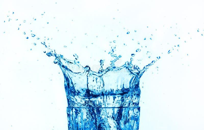 Spruzzatura dell'acqua blu isolata sulla priorità bassa bianca. fotografia stock