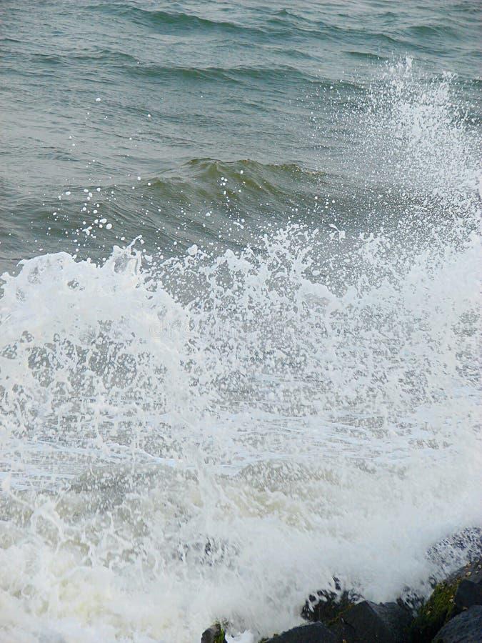 Spruzzatura delle goccioline di acqua delle onde del mare immagine stock libera da diritti