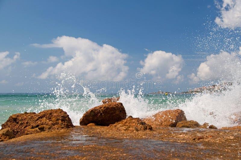 Spruzzatura delle onde del mare fotografia stock