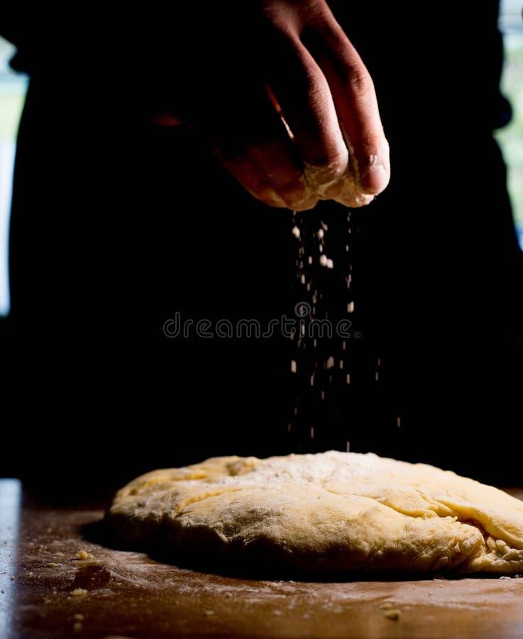 Spruzzi la pasta con farina Prepari la pasta immagine stock libera da diritti