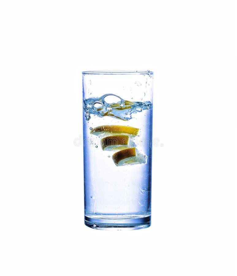 Spruzzi, spruzzata dell'acqua, il vetro, l'acqua pulita, l'acqua con il limone, isolante fotografia stock libera da diritti