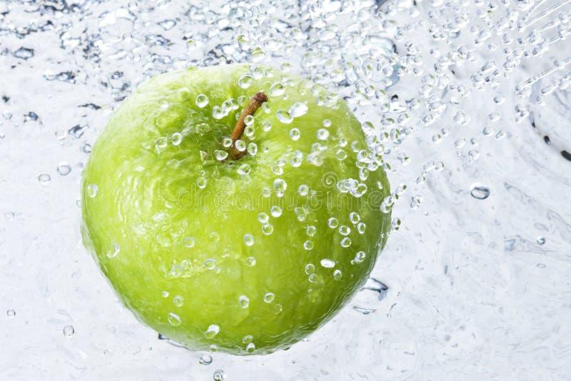 Spruzzo Apple delle gocce di acqua immagine stock libera da diritti