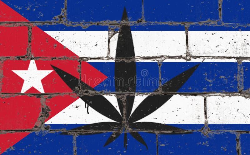 Spruzzo di arte della via dei graffiti che attinge stampino Foglia della cannabis sul muro di mattoni con la bandiera Cuba fotografie stock