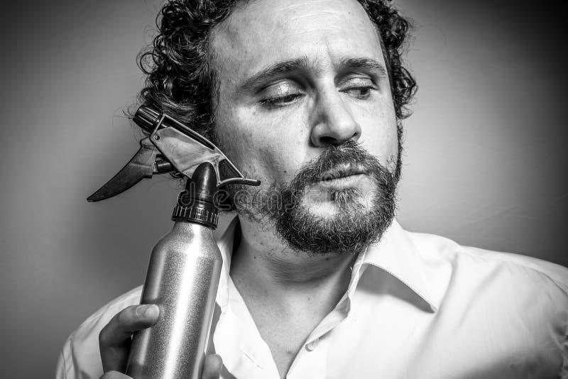 Spruzzo di pulizia, uomo con l'espressione intensa, camicia bianca fotografie stock