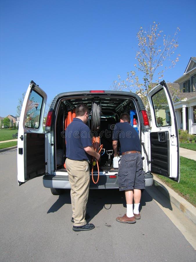 sprzątacze dywanowi wyładowywane furgonetkę zdjęcia stock