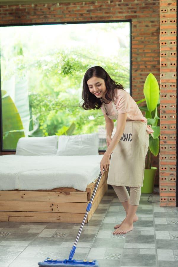Sprzątania i housekeeping pojęcie Kobiety cleaning podłoga z mo zdjęcia royalty free