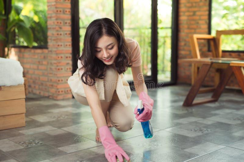 Sprzątania i housekeeping pojęcie Kobiety cleaning podłoga z mo zdjęcie stock