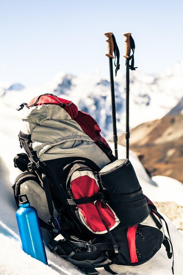 Sprzęt turystyczny i kempingowy w górach zdjęcie stock