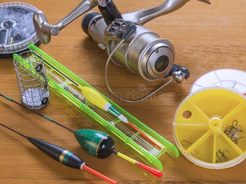 Sprzęty dla lato połowu - pławiki, round żółci pudełka, rybi haczyki fotografia stock