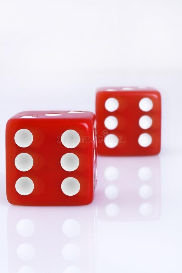 sprzeciwia się kostka do gry czerwonych obrazy stock