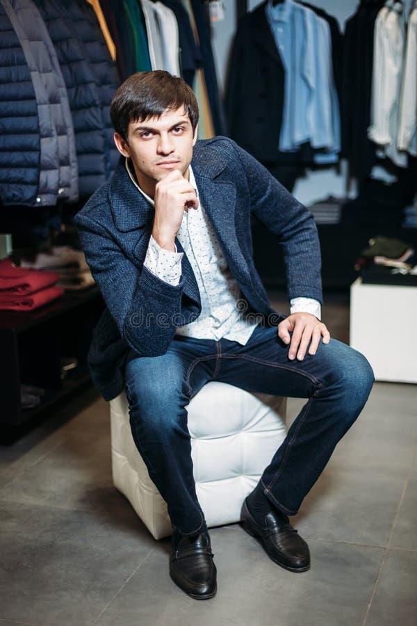 Sprzedaż, zakupy, moda, styl i ludzie pojęć, - elegancki młody człowiek w żakiecie siedzi dziewczyny z opatrunkiem w odzieży i cz zdjęcie royalty free