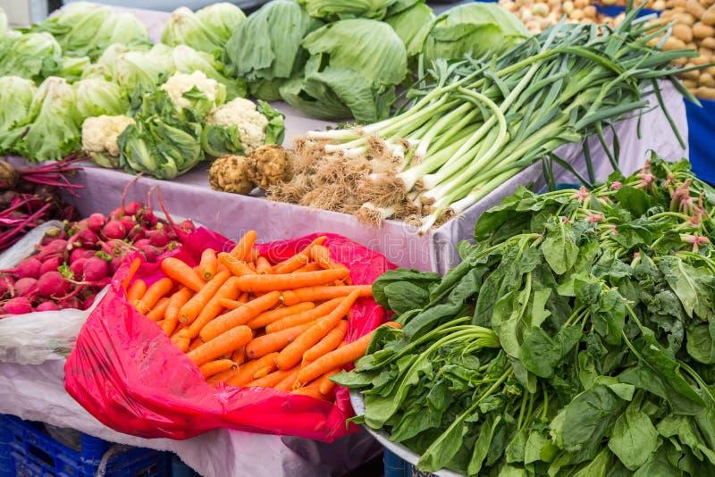 Sprzedaż świezi warzywa w bazarze fotografia stock