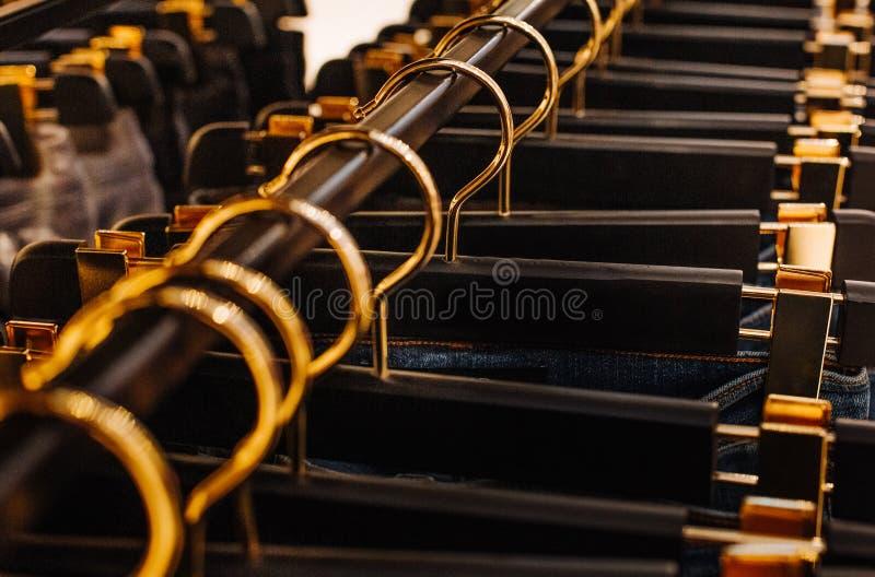 Sprzedaż asortymentu kolekcji stojaka złota drelichowi haczyki fotografia royalty free