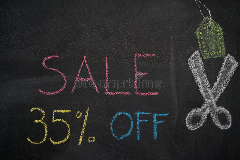 Sprzedaż 35% daleko na chalkboard royalty ilustracja