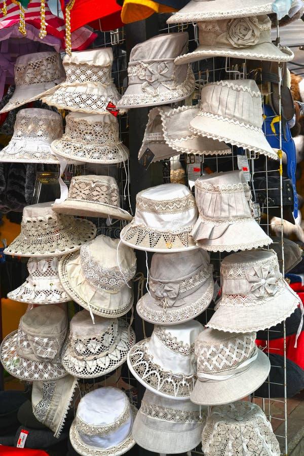 Sprzedaż damy ` lata kobiet ` s kapelusze w rynku fotografia stock