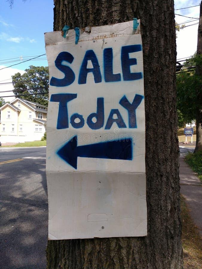 Sprzedaż Dzisiaj, jard sprzedaży znak, garaż sprzedaży znak obraz stock