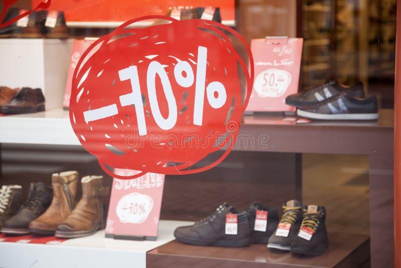 Sprzedaż i rabat w obuwianego sklepu pokazu okno zdjęcia stock