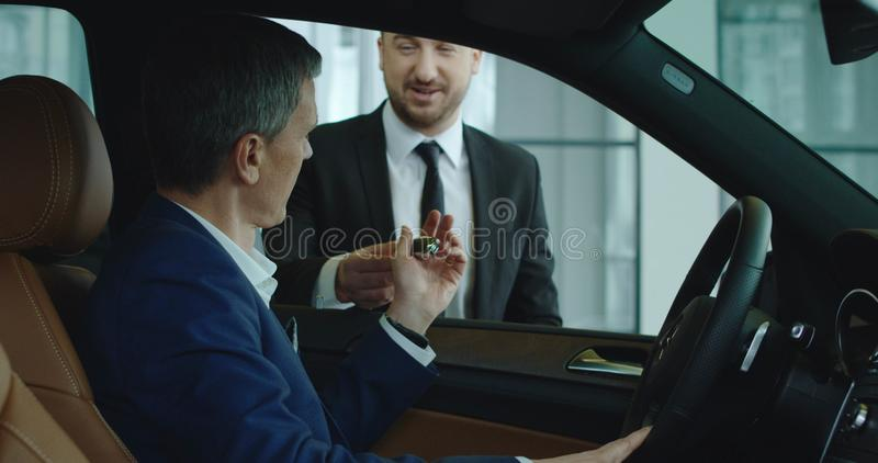 Sprzedaż kierownik daje kluczowi klient zdjęcie stock